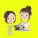 血圧を測る女性